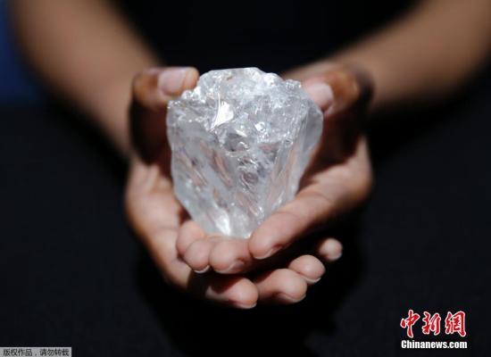 苏富比拍卖公司介绍,这块钻石的拍卖价将超过4.5亿元人民币。