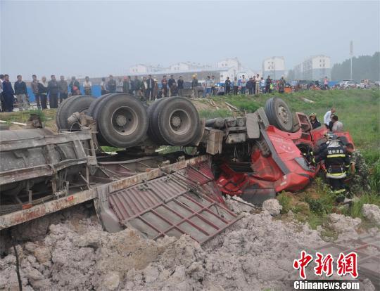 湖北境内大货车侧翻 消防员成功营救被困者