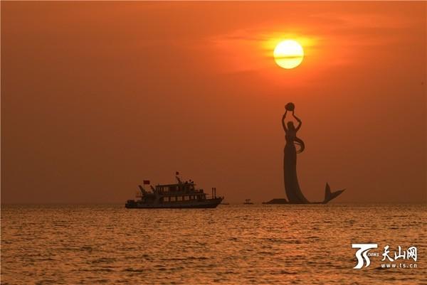 当日傍晚,辽宁省营口市鲅鱼圈景区天空晚霞似火,霞光万丈,瑰丽多彩,美