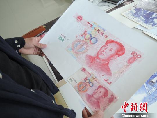 石信用圆珠笔画的100元人民币,和真币非常相似。 韩章云 摄
