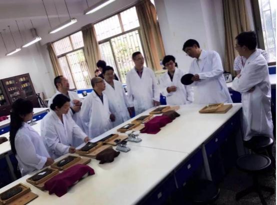 (图为:云南农业大学普洱茶学院专家评审大圆普洱送检产品)-与十图片