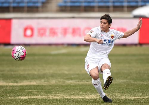 资料图:上海上港队球员孔卡在比赛中传球