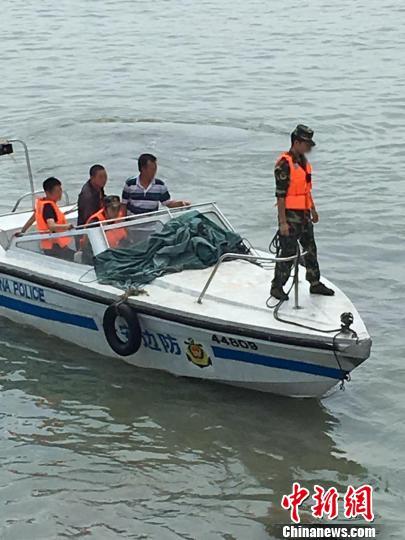 图为警方抓获嫌疑人陈小宁摄