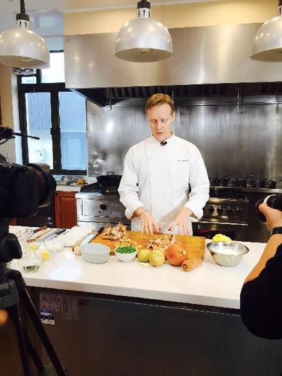 """美国驻华大使馆官邸行政总厨兼管家Michael D.Rosenblum在即刻视频""""使馆主厨""""美食系列拍摄现场。"""