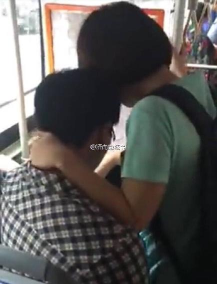济南公交女色狼再度现身 频频骚扰身边男子