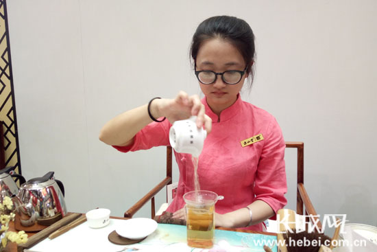 茶艺师表演茶道。长城网 张欣 摄