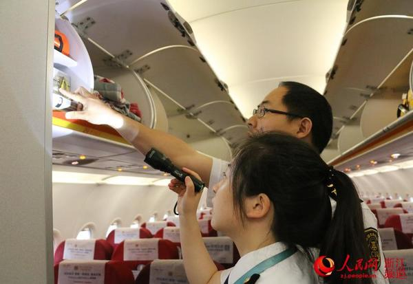 胡坚对飞机上配备的急救药品进行检查