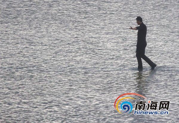 魔术师刘世杰表演南渡江水上行走。南海网记者 陈望 摄