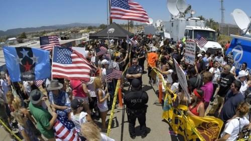 资料图:美国边境地区居民抗议政府的非法移民政策(美联社)