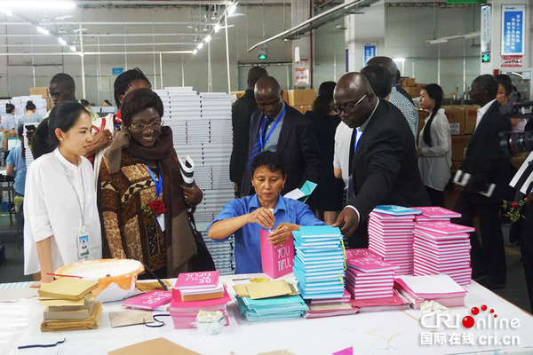图为非洲企业家在广博的车间参观办公用品生产。易成晨 摄