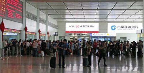 因北京地区天气原因,造成飞往北京的多个航班备降济南机场,乘坐受影响