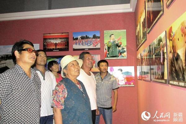 来自新疆生产建设兵团石河子市的退休职工(左前)在裕民县驻地兵团第九