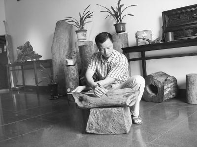 徐元宝在设计木雕摆件。