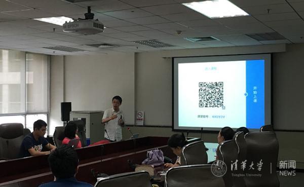 图为《电路原理》授课教师于歆杰分享雨课堂使用体验.