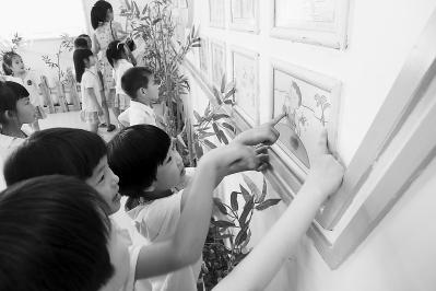 当地幼儿园的孩子们到罗江小学参观漫画展。