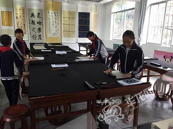 记者在学校专门为学生准备的书法活动室看到,几个年龄不一的孩子,纷纷