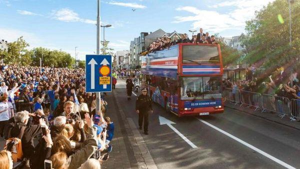 上万群众夹道欢迎冰岛足球队回国(网页截图) 国际在线专稿:据英国广播公司(BBC)7月5日报道,冰岛足球队在周日以2:5的比分输给东道主法国队后,于周一正式返程,回到了冰岛,而在那里他们受到了上万粉丝的热烈欢迎。 据悉,在欢迎仪式上,冰岛队球员坐在敞篷观光巴士上,接受粉丝的热情欢呼。敞篷巴士前还有鼓手开道。据社交媒体称,冰岛总理也出现在了欢迎仪式上。 此前,在欧洲杯的八分之一决赛上,冰岛大爆冷门,以2:1战胜英格兰,震惊了所有关注欧洲杯的球迷。