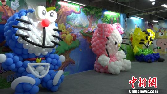造型各异的气球动物造型将成为今夏克拉玛依市小朋友们暑期难忘的记忆