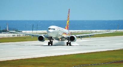 7月13日,海南航空公司的客机在渚碧礁新建机场着陆 新华社发