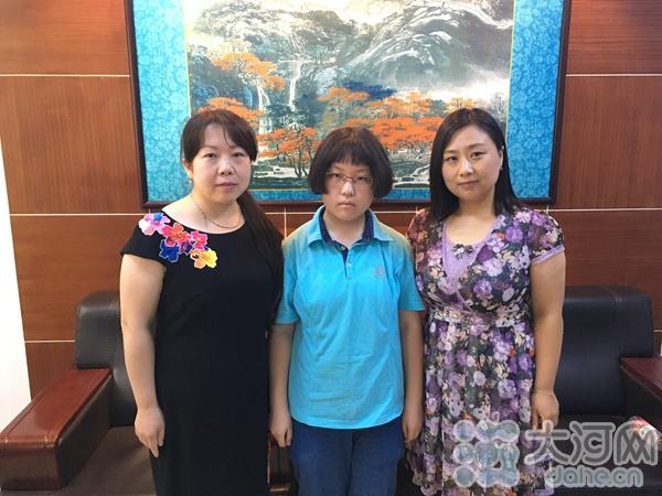 詹子君和自己的母亲与老师合影