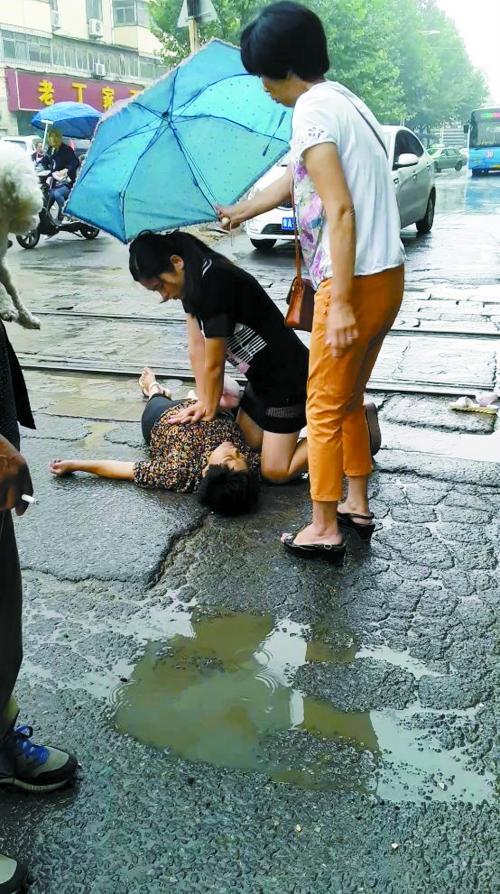 张鑫娜救人被市民拍了下来医院供图