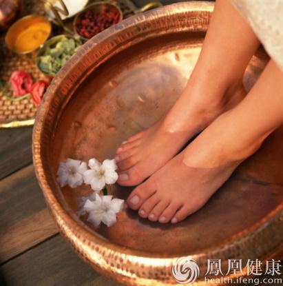 夏季这样泡脚可除体内湿气