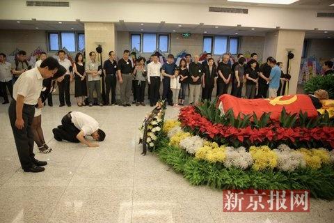北京医院告别厅,王郁昭同志的亲属和好友前来与遗体最后告别。