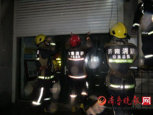深夜电动卷帘门罢工多人门头房被困 消防官兵破拆救人