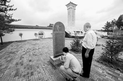为河南英雄王平献花.⑨1朱哲提供-河南87岁老兵他乡拜谒河南烈士墓