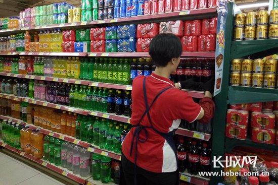 三伏天,超市冷饮销售火爆。 长城网 张欣 摄