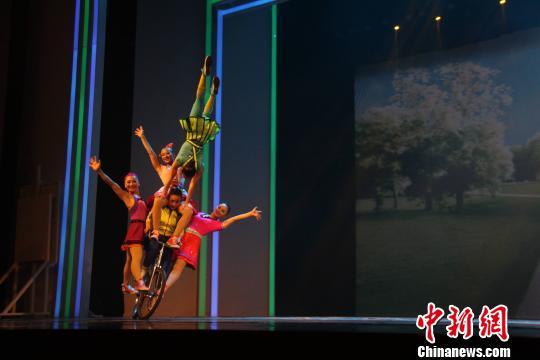 图为演员表演花式骑车