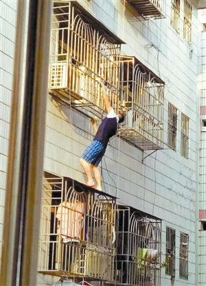 ?男子攀爬上6楼营救。