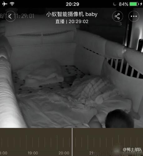 章子怡飞机上视讯看女儿 无辜挨骂:不能玩手机