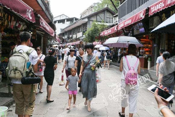 游客在重庆磁器口古镇游览.记者 石涛 摄