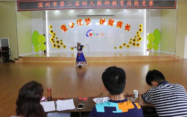 濱州醫學院第二幼兒園李瑩獲得彈唱技能