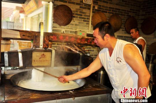 桂林米粉传承人展示米粉传统制作工艺