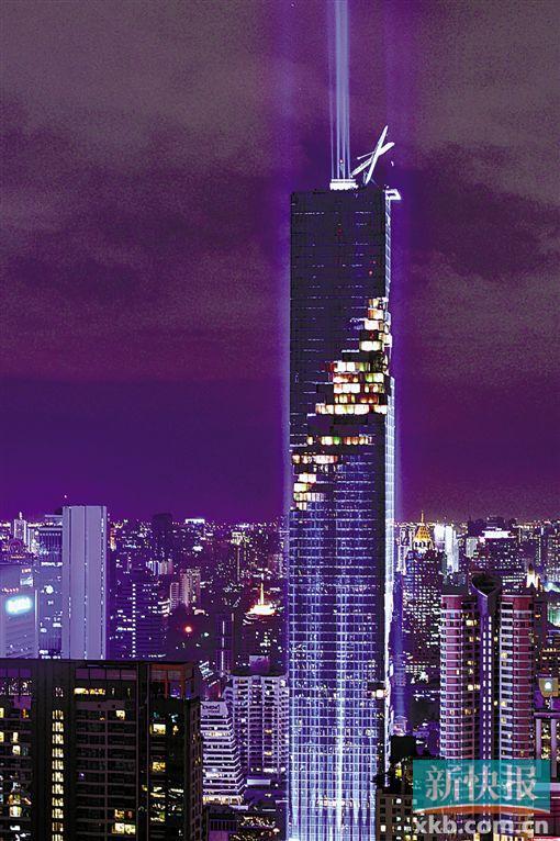泰国新建成的第一高楼大都会大厦29日晚举行泰国史上首次摩天大楼灯光秀,以庆祝这一地标建筑的落成。 大都会大厦坐落在泰国首都曼谷市中心是隆商业圈,楼高314米,超越了已保持最高楼纪录18年、高304米的玉叶大厦。这座77层的建筑向外延伸的露台错落排列,形成一条扭转的庞大露台链,环绕着整栋大楼,营造出数码特效般的外观效果。 时长4分钟的灯光秀在暴雨中点亮,不少民众挤在与大楼相连的轻轨站上,用手机记录下灯光穿过云层的景象。