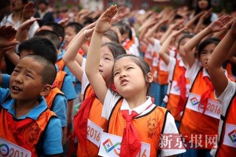 同学们向国旗敬少先队队礼.-射击奥运冠军陈颖开学日寄语新生 努力