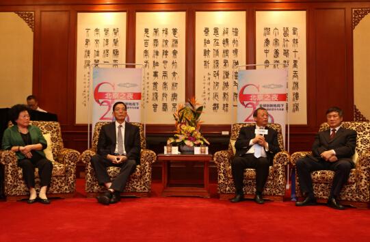 中国发展研究基金会副理事长、国务院发展研究中心原副主任刘世锦(左二)