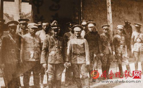 马占山将军(前排左)与韩家麟将军(前排右)
