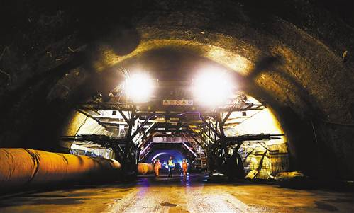 9月13日,北碚区歇马隧道,施工人员在施工现场巡视检查。 约摄影 秦廷富
