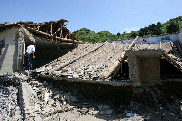 资料图片:2012年8月13日,朝鲜平安南道成川郡遭遇水灾。(新华社发)