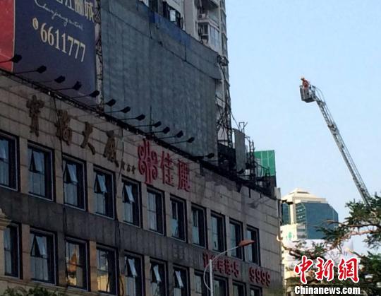 消防人员利用升降梯查看。 陈悦 摄