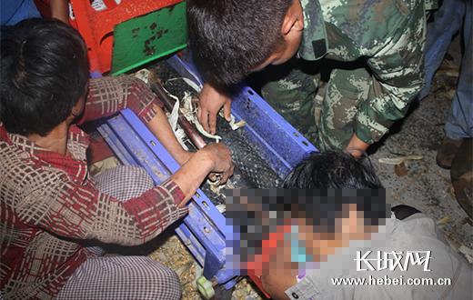 邯郸一女子操作玉米剥皮机不当卡手。图片由邯郸公安消防支队提供