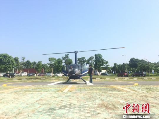 图为直升机准备起飞。 陈燕 摄