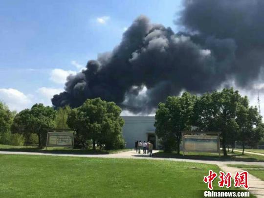 火灾现场浓烟滚滚,图为火灾现场周边拍摄的景象。 孙权 摄