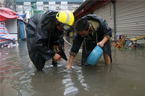 消防官兵正在排水