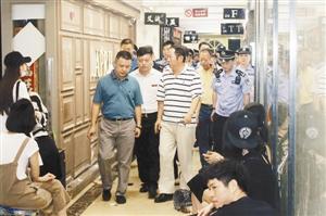 ▲ 罗湖区副区长、公安分局局长牟春生等到现场指挥查封行动。 ? 南洋大厦商铺已被封停。