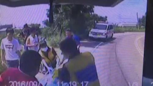 驾驶郭男疑似路况不熟,开试驾车冲出路面,造成4伤1命危。记者宋柏谊/翻摄