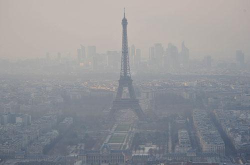 法国巴黎埃菲尔铁塔被雾霾笼罩.新华社记者陈晓伟摄